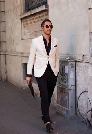 camisa, calça e sapato pretos, e blazer branco