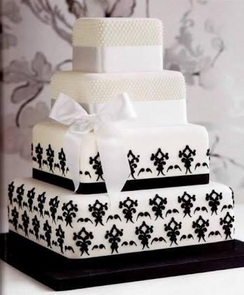 bolo quadrado branco com desenhos em preto e laço branco