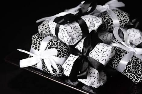 bem casados com embalagens em preto e branco com laços das mesmas cores
