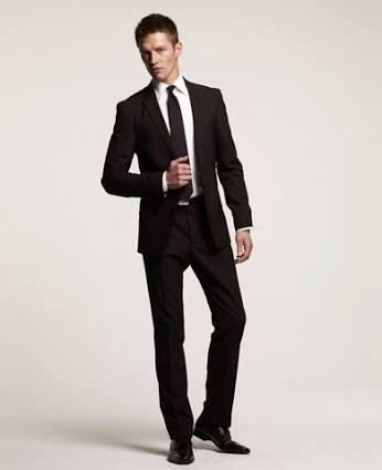 terno, gravata, calça e sapatos pretos, e camisa branca