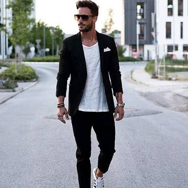 blazer e calça pretos, e camiseta e tênis brancos