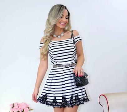 vestido com listras brancas e pretas horizontais e barra de renda