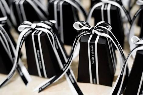 caixinhax pretas fechadas com lacinho preto e branco