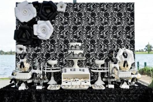 mesa de doces com fundo de flores e detalhes desenhados