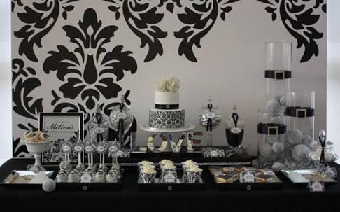 mesa de doces com desenhos em arabesco ao fundo e no bolo