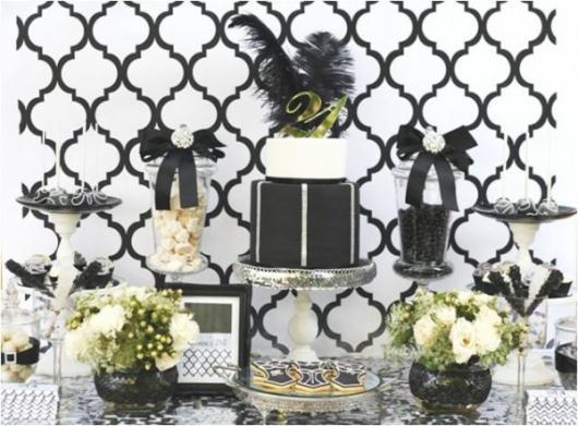 mesa de doces com bolo com plumas