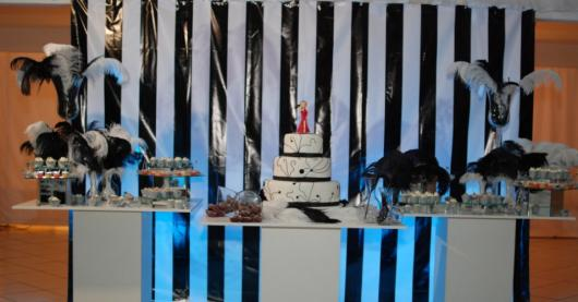 fundo com listras e mesa de bolo com plumas