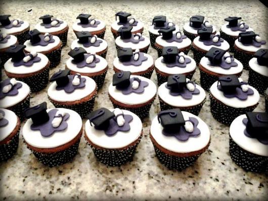cupcake enfeitado com chapéu de formando e diploma