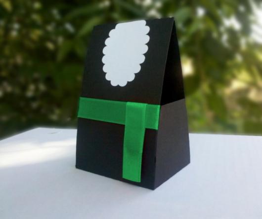caixinha com cores referentes a beca de formatura para colocar presentes