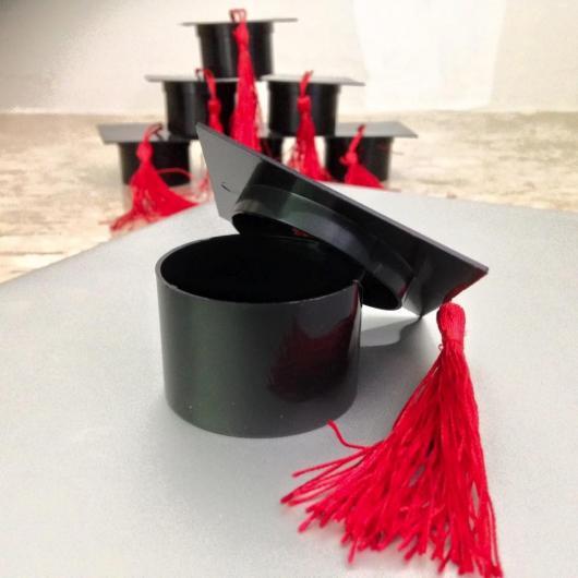 chapéu de formatura usado para colocar brindes dentro
