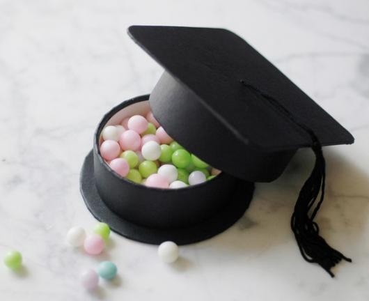 doces dentro de caixinha em formato de chapéu de formatura
