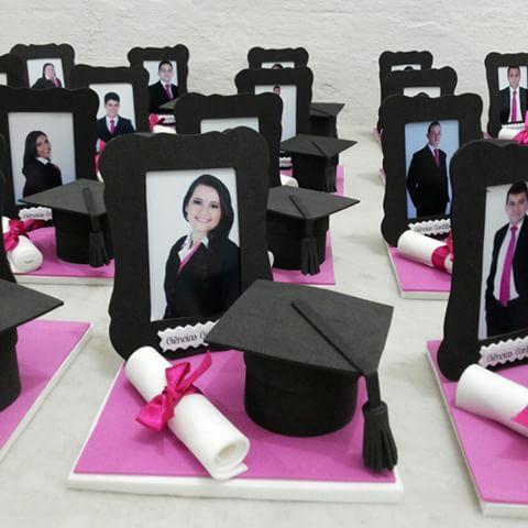 quadro com foto de formanda e chapéu de formando e diploma
