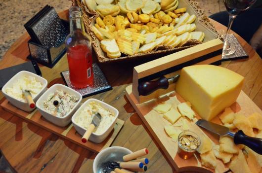 mesa de queijos e torradas