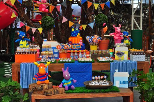 mesa de doces do Backyardigans com bandeirinhas enfeitando o ambiente