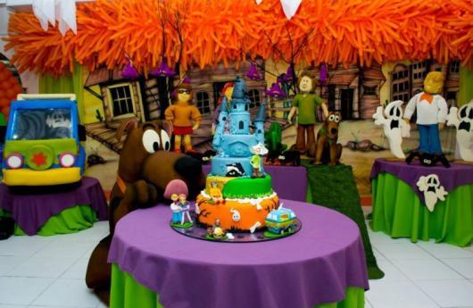 mesa de bolo do Scooby-Doo com um grande Scooby ao lado