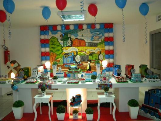 mesa de doces com os trenzinhos do Thomas e Seus Amigos