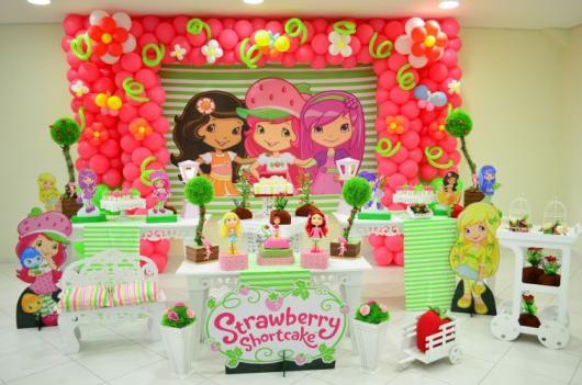 decoração da personagem Moranguinho das cores verde, rosa e branco