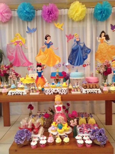 decoração em mesa de doces de princesas