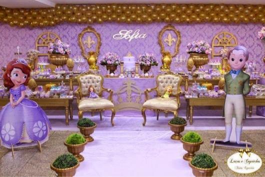 decoração em mesa de doces da princesa Sofia com bexigas ao lado