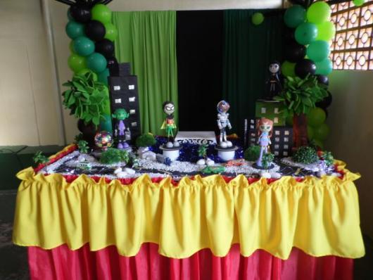 mesa de doces com enfeites dos Jovens Titãs