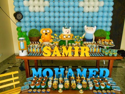 mesa de doces com personagens do Hora da Aventura