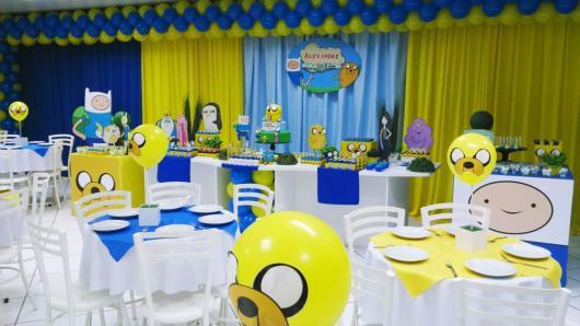 mesa de doces com personagens do Hora da Aventura e mesas com bexigas desenhadas