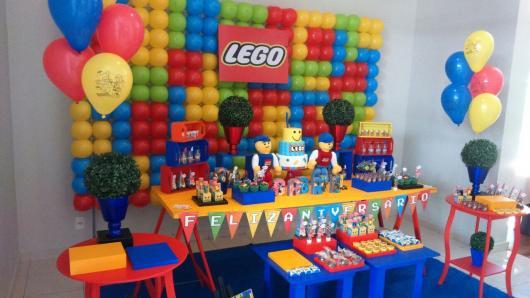 mesa de doces do Lego com fundo de bexigas