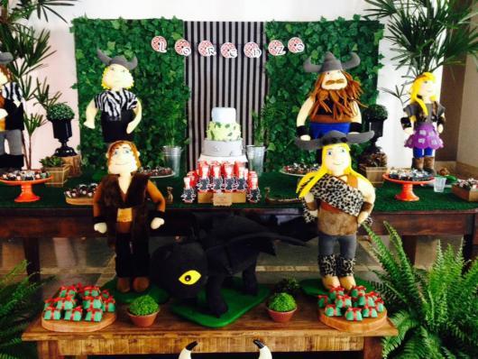 mesa de doces do Como Treinar o seu Dragão com personagens de pelúcia