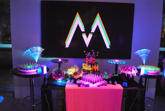 Temas para festa de 18 anos neon com painel iluminado