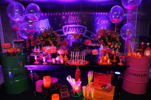 Temas para festa de 18 anos neon com velas