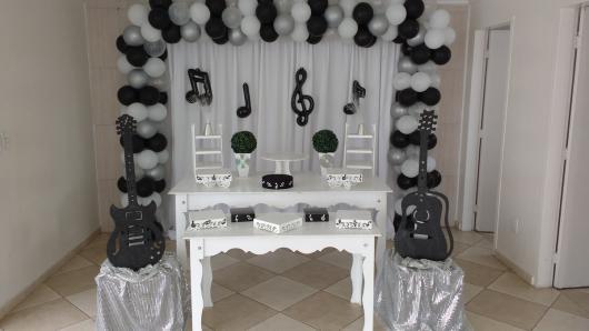 Temas para festa de 18 anos notas músicais na cortina