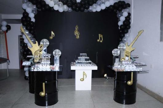 Temas para festa de 18 anos displays de intrumento dourados