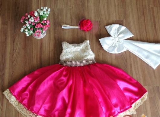 Vestido rosa com laço e faixa perolada