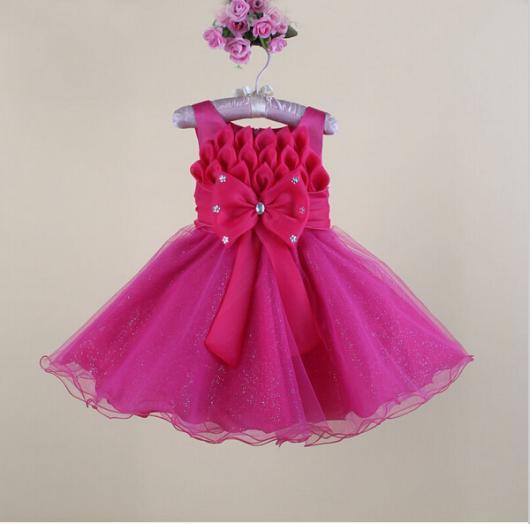 Vestido infantil com laço e detalhe de pétalas