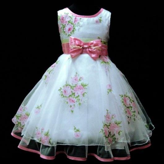 Vestido de criança branco com estampa de rosas