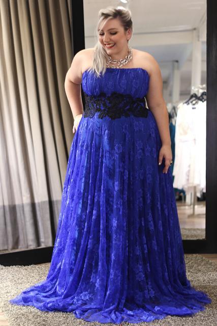 vestido longo azul com a cintura marcada em preto