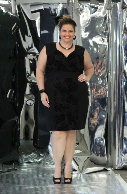 vestido curto preto com detalhes de texturas diferentes