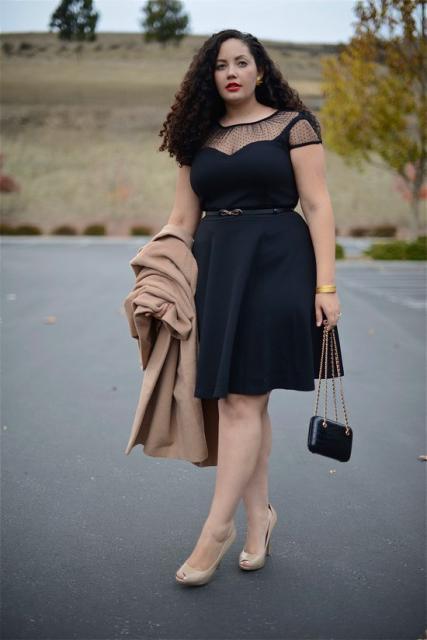 vestido preto com transparência no colo