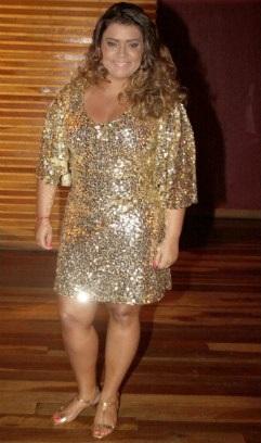 vestido dourado com vários brilhos