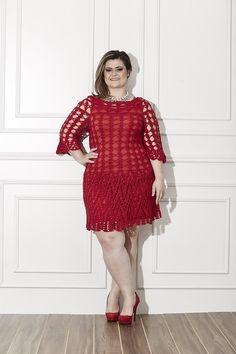vestido curto com detalhes de recortes