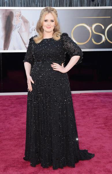vestido longo preto com detalhes diferenciados