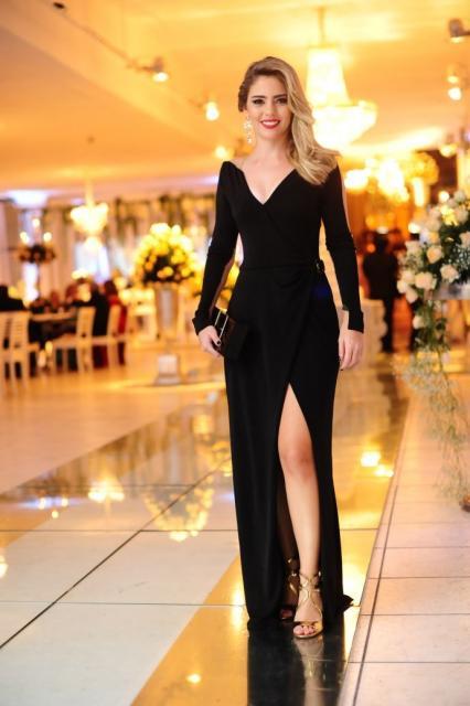 vestido de manga longa com grande fenda na frente
