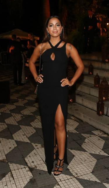 vestido preto com fenda e decote em gota
