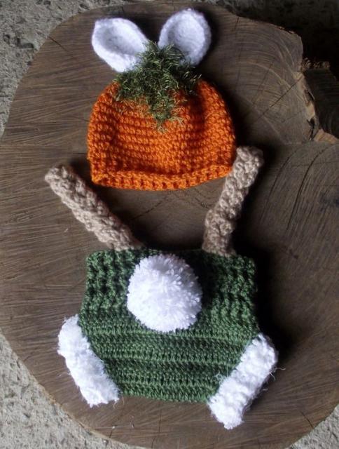 Body de crochê verde, com barra branca e suspnsório marrom.