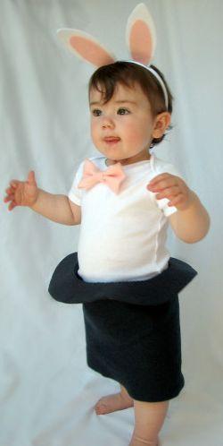 Bebê vestido de coelho na cartola.