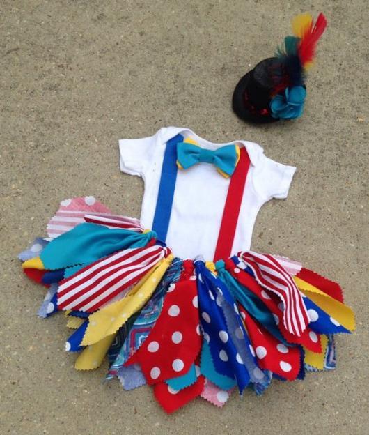 Fantasia de palhaço com saia colorida de diferentes estampas.