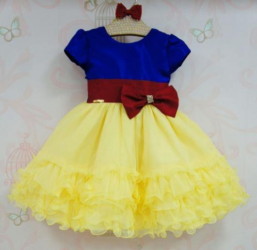 Vestido azul, vermelho e amarelo.