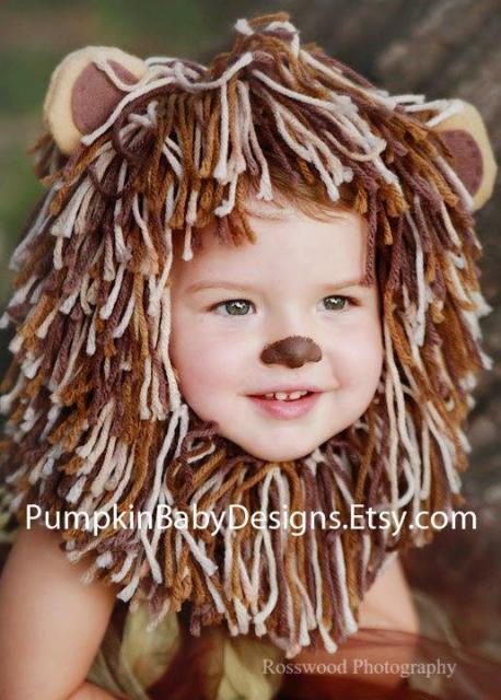 Bebê com juba feita com fios de lã e nariz pintado de marrom.
