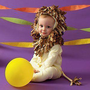 bebê com body amarelo e juba marrom.