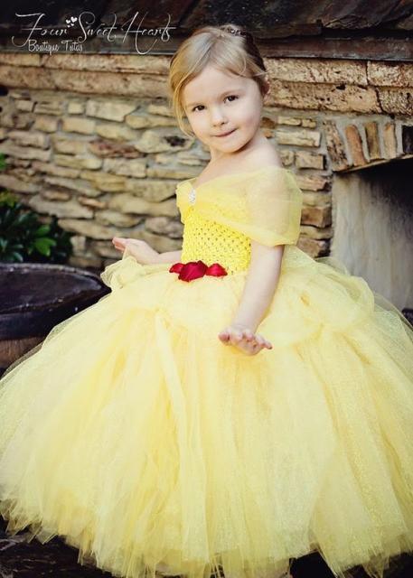 Menina com vestido amarelo da Bela.